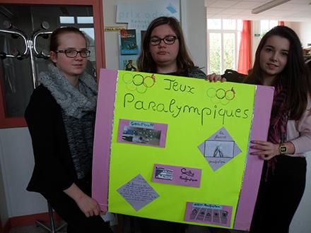 affiche sur les jeux paralympiques avec Camille, Cynthia et Chloé